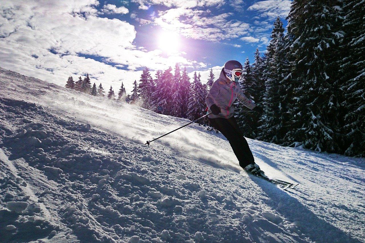 Дете се спуска по ски писта