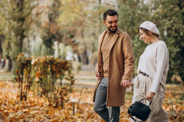 Щастлива двойка се разхожда в парка