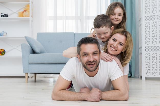 Усмихнато семейство се наслаждава на дома си