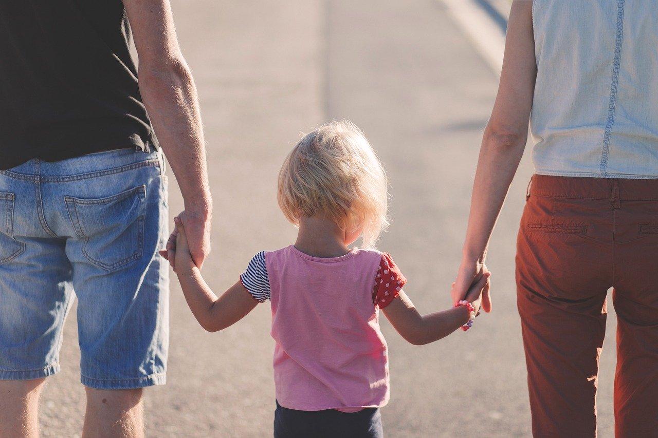 Майка и баща са хванали детето си за ръка