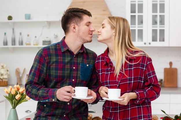 Сутришно кафе между двама влюбени