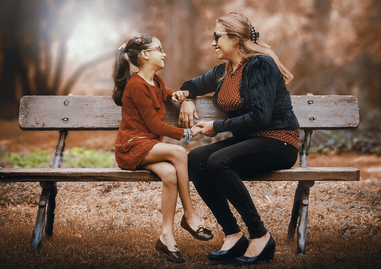 Майка и дъщеря разговарят