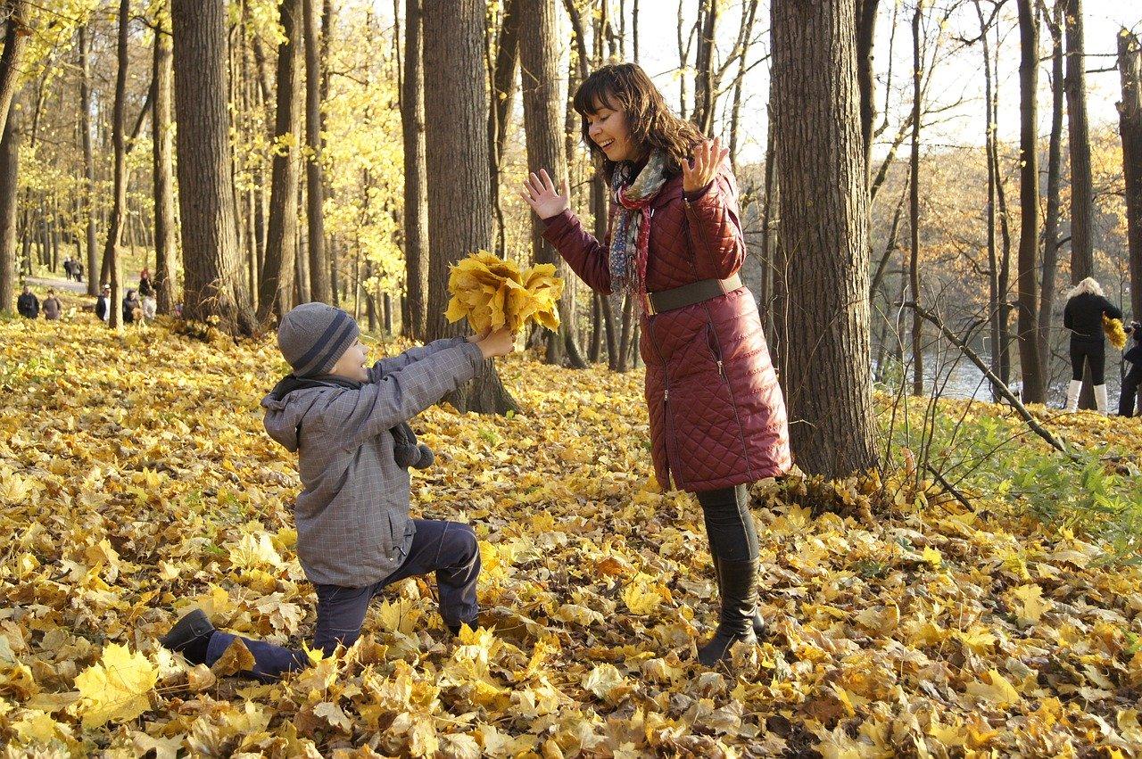 Син подарява букет на майка си