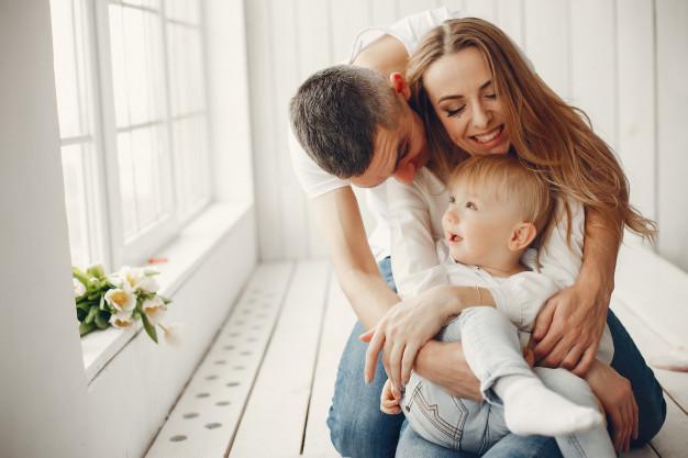 Майка и баща прегръщат дете