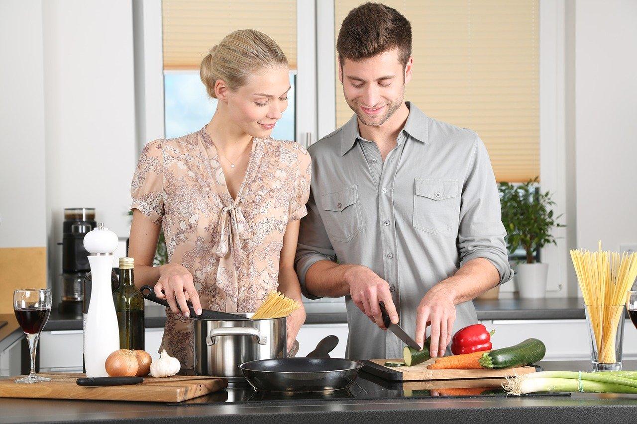 Мъж и жена готвят заедно - умиротворяването при семейните отношения